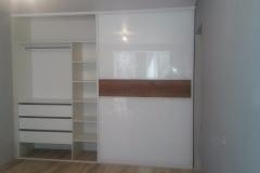 Встроенный шкаф . Внутреннее наполнение в виде выдвижных ящиков и полок