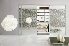 Встроенный шкаф.Раздвижные зеркальные двери с пескоструйным рисунком в алюминиевом профиле