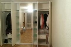 Встроенный шкаф. Одна раздвижная зеркальная дверь. И распашные дверки из акрилайна. Полки из сатинированного стекла.