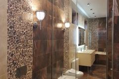 Раздвижные зеркальные двери в нишe ванной комнаты