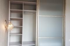Шкаф встроенный в нишу. Раздвижные двери со вставками из матового стекла