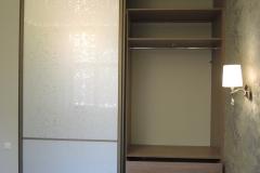 Шкаф купе встроенный в нишу. Двери со вставками из зеркала уади серебро. Секция с выдвижными ящиками и штангой для одежды