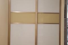 встроенный шкаф купе со вставками из глянцевого стекла в профиле квадро