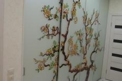 встроенный шкаф с витражными раздвижными дверями