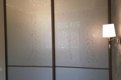 Встроенный в нишу шкаф с раздвижными дверями со вставками из зеркал уади серебро