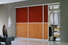 Встроенный шкаф с раздвижными дверями в алюминиевом профиле со вставками из лдсп и стекла Во внутреннем наполнение выдвижные сетчатые корзины