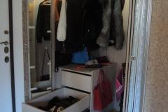 встроенный зеркальный шкаф с дверями гармошкой в обрамление багета(2)