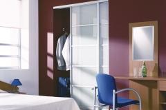 Встроенный в нишу шкаф купе. Раздвижные двери в алюминиевом профиле со вставками из белого стекластекла