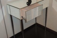 Зеркальная консоль с двумя выдвижными ящиками на металлических ножках2